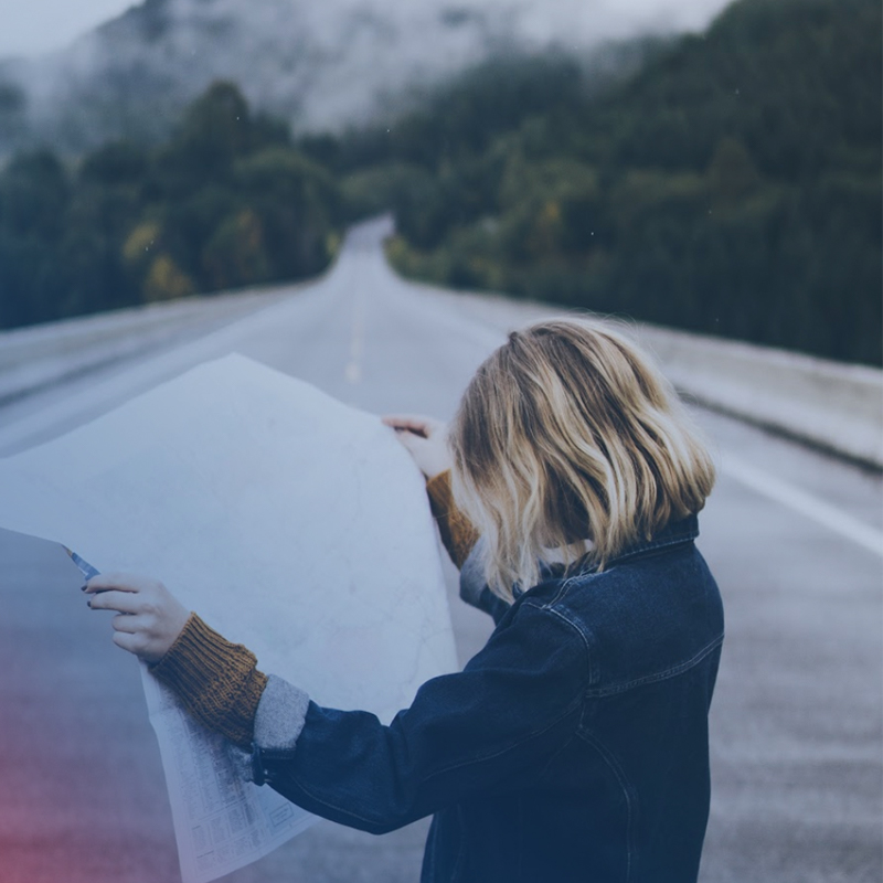 Foto Frau mit Straßenkarte